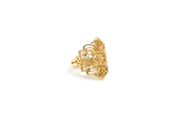 Ancient Greek -  - Ασημένιο επιχρυσωμένο δαχτυλίδι με σκαλιστές λεπτομέρειες φτιαγμένες στο χέρι που σε φέρνουν κοντά στον κόσμο της αρχαιότητας.Ένα κόσμημα που σίγουρα θα ξεχωρίσει πάνω σας!  Υλικό: Aσημένιο επιχρυσωμένο 925