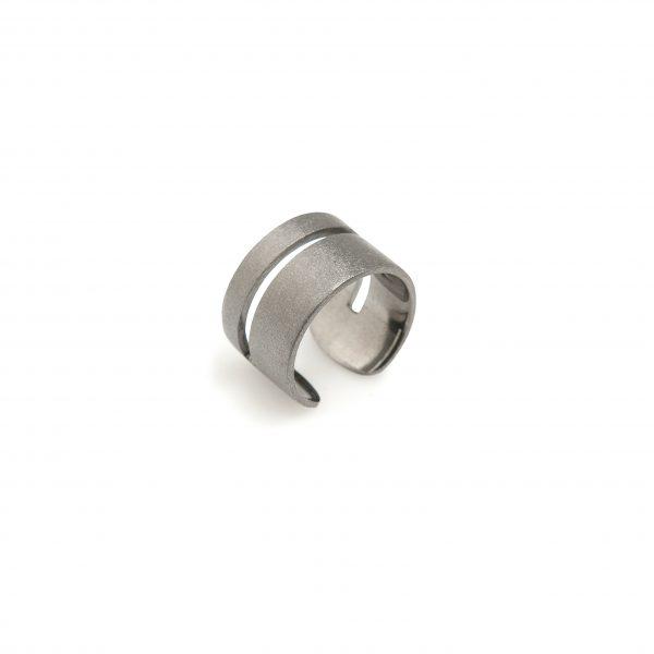 Wide -  - Φαρδύ, γεωμετρικό ασημένιο οξειδωμένο δαχτυλίδι για τις καθημερινές σας εμφανίσεις!Συνδυάστε το με κάποιο άλλο από τα λεπτά χρυσά δαχτυλίδια μας! Με άνοιγμα στο πίσω μέρος που προσαρμόζεται στο δάχτυλό σας.  Υλικό: Ασημένιο οξειδωμένο 925  One Size - το άνοιγμα του σάς επιτρέπει να προσαρμόζεται στο δάχτυλό σας