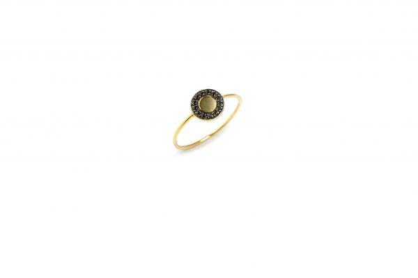 "Planet -  - Το χρυσό δαχτυλίδι ""Planet"" είναι εντυπωσιακό όπως και το όνομα του! Με τα μαύρα ζιργκόν περιμετρικά θα σας ταξιδέψει σε άλλους πλανήτες!  Υλικό: Χρυσό 14κ με μαύρα ζιργκόν"