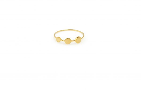 "Dots -  - Τρειςάνισες τελείες σχηματίζουν το χρυσό δαχτυλίδι ""Dots"" που είναι κομψά σχεδιασμένο και με έντονο χαρακτήρα. Απλό αλλά και με στυλ που σε κερδίζει αμέσως!  Υλικό: Χρυσό 14κ"