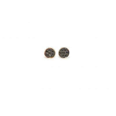 Black pin -  - Διακριτικά, μαύρα χρυσά στρογγυλά σκουλαρίκια με μαύρα ζιργκόν. Φοριούνται περισσότερο βράδυ χωρίς όμως να χάνουν και τον casual χαρακτήρα τους για μέσα στην ημέρα! Υλικό: Χρυσό 14κ με μαύρα ζιργκόν