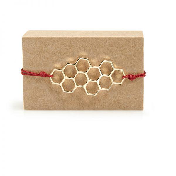 Beehives -  - 10 εξάγωνα σχηματίζουν μια άψογη γεωμετρική κυψέλη! Ένα πολύ ιδιαίτερο βραχιόλι που θα δώσει κομψότητα και στυλ στο χέρι σας. Mε μακραμέ κούμπωμα που προσαρμόζεται στον καρπό. Υλικό: Λευκό μέταλλο βουτηγμένο σε χρυσό με κόκκινο κορδονάκι