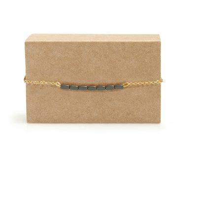 Line Gold -  - Μια αυστηρά ευθεία γραμμή από πετρούλες αιματίτη πάνω σε ασημένια επιχρυσωμένη αλυσίδα. Ένα βραχιόλι που μπορεί να συνδυαστεί πάρα πολύ εύκολα με ό,τι άλλο μπορεί να φοράτε στο χέρι σας! Κλείνει με κούμπωμα κλιπ. Υλικό: Ασημένιο επιχρυσωμένο 925