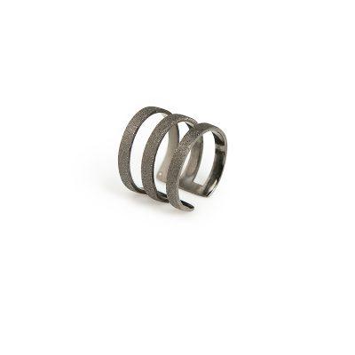 Kassandra -  - Δαχτυλίδι τρίπτυχο με φαρδιές γραμμές για μια πιο rock εμφάνιση που θα απογειώσει το στυλ σας! Επιλέξτε ανάμεσα σε ασημένιο επιχρυσωμένο ή ασημένιο οξειδωμένο. Με άνοιγμα στο πίσω μέρος που προσαρμόζεται εύκολα στο δάχτυλό σας. Rock your outfit!  Υλικό: Aσημένιο 925 (επίχρυσο, οξειδωμένο)  One Size - το άνοιγμα του σάς επιτρέπει να προσαρμόζεται στο δάχτυλό σας