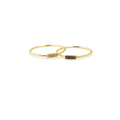 Jolie -  - Η απογείωση του minimal geometry που διακατέχει τη Μάγια! Χρυσό δαχτυλίδι με λευκά ή καφέ ζιργκόν που πραγματικά θα στολίσει τα χέρια σας!  Υλικό: Χρυσό 14κ με λευκά ή καφέ ζιργκόν