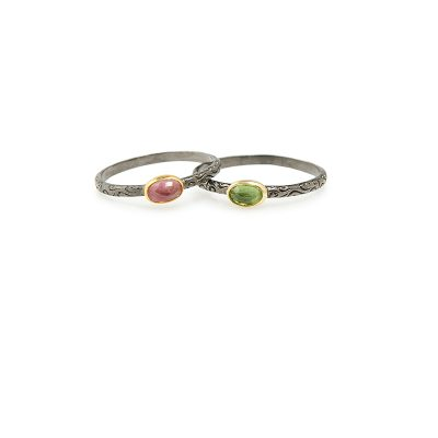 "Adore -  - Ιδιαίτερο ""σκαλιστό"" δαχτυλίδι με ασημένια οξειδωμένη βάση και χρυσή λεπτομέρεια, με ημιπολύτιμη πέτρα τουρμαλίνη. Επιλέξτε ανάμεσα σε κόκκινη ή πράσινη απόχρωση ή ακόμα καισυνδυάζοντας τα! Ένα δαχτυλίδι που δε χάνει τη διακριτικότητα του.  Υλικό: Ασήμι 925 και χρυσό 14κ με ημιπολύτιμη πέτρα τουρμαλίνη"