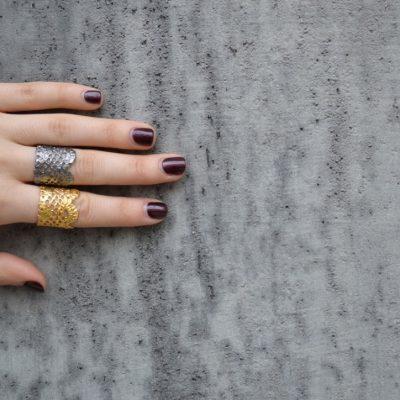 Lace -  - Το signature δαχτυλίδι δαντέλα της Μάγιας για άκρως εντυπωσιακό αποτέλεσμα! Με άνοιγμα στην πίσω πλευρά για εύκολη προσαρμογή.  Υλικό: Ασημένιο 925 (επιχρυσωμένο, οξειδωμένο ή ροζ επίχρυσο)  One Size- το άνοιγμα του σάς επιτρέπει να προσαρμόζεται στο δάχτυλό σας
