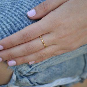 Swan -  - Χρυσό δαχτυλίδι με λευκά και καφέ ζιργκόν εναλλάξ που σίγουρα θα εντυπωσιάσει! Ένα κομμάτι που δεν πρόκειται να βαρεθείτε ποτέ μιας και δε χάνει τη διαχρονικότητα του! Υλικό: Χρυσό 14κ με λευκά και καφέ ζιργκόν
