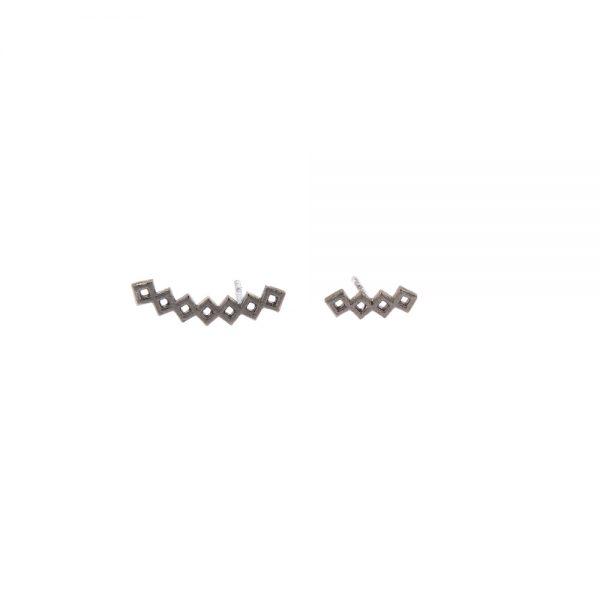 Domino earrings -  - Feel the domino effect! Μια σειρά από μικρές κυψέλες σχηματίζουν ένα domino κυψελών που τελικά διαμορφώνουν αυτά τα γεωμετρικά σκουλαρίκια! Μπαίνουν παράλληλα στο αυτί , με διαφορετικό μέγεθος το καθένα δίνοντας ένα μοντέρνο twist – μπορεί να φορεθεί και ένα μονό!  Υλικό: Ασημένιο επιχρυσωμένο, ασημένιο οξειδωμένο, ασημένιο με ροζ επιχρύσωση