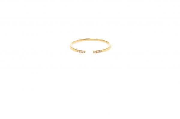 Gap -  - Το χρυσό 14κ δαχτυλίδι ''gap'' είναι λιτό αλλά πολύ ιδιαίτερο καθώς το σχήμα του θυμίζει ένα ημικύκλιο. Τα λευκά ζιργκόν είναι η λεπτομέρεια που θα αγαπήσετε! Προτείνουμε να φορεθεί μαζί με περισσότερα δαχτυλίδια!  Υλικό Χρυσό 14κ, λευκά ζιργκόν