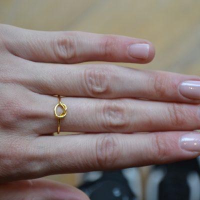 Knot ring -  - Το δαχτυλίδι ''κόμπος'' είναι χρυσό 14κ. Σχέδιο εκλεπτυσμένο και εντυπωσιακό! Με καθάρες και ενάεριες γραμμές δίνει την αίσθηση ότι ο κόμπος περιτυλίγει το δάχτυλό σας!  Υλικό Χρυσό 14κ