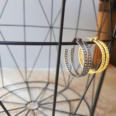 Loop earrings -  - Κλασσικοί κρίκοι με ιδιαίτερο σχέδιο μπορείτε να τους φορέσετε από το πρωί με το πιο απλό σας look μέχρι το βράδυ συνδυάζοντάς τους και με άλλα κοσμήματα.    Υλικό: Ασήμι 925 (οξειδωμένο)