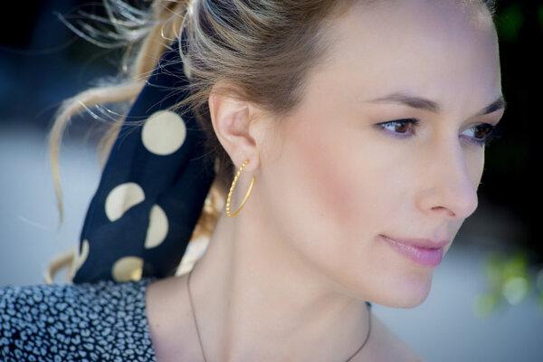 Wave earrings -  - Κρίκοι ασημένιοι επιχρυσωμένοι μεσαίου μεγέθους σε ματ όψη. Σχέδιο με ιδιαίτερες πτυχώσεις που θυμίζει βολάν κάνουν τα σκουλαρίκια αυτά μια κλασική επιλογή.    Yλικό: Ασήμι 925 (επιχρυσωμένο ή οξειδωμένο)