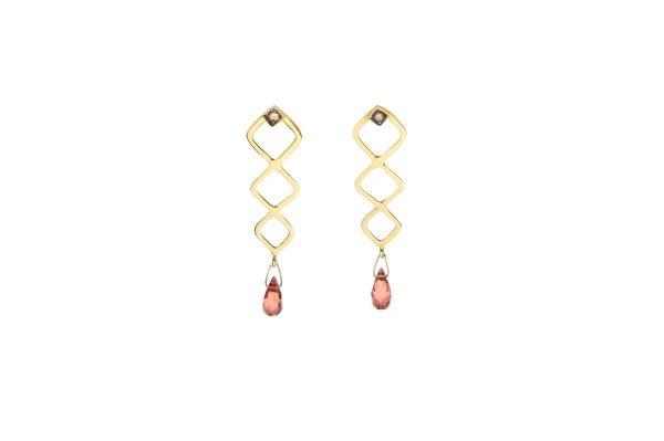 Tiffany Earrings -  - Υπέροχα κρεμαστά σκουλαρίκια από χρυσό 14Κ. Με πολύτιμες πέτρες μπριγιάν που εφάπτουν στο αυτί και ιδιαίτερο σχηματισμό ρόμβων που καταλήγουν σε drop από πολύτιμες πέτρες τσαβορίτη, δημιουργούν αυτά τα τόσο ιδιαίτερα σκουλαρίκια! Μπορείς να τα φορέσεις με κάθε σου outfit από το πρωί μέχρι το βράδυ.