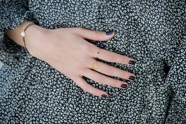 New Era ring -  - <div>Δαχτυλίδι 14κ λιτό αλλά πολύ ξεχωριστό που θα εντυπωσιάσει με την πρωτοτυπία του! Καθώς το σχήμα του θυμίζει ένα ημικύκλιο ,το δαχτυλίδι αυτό κοσμείται από λευκά ζιργκόν από τη μία πλευρά και ένα μαύρο ζιργκόν από την άλλη! Προτείνουμε να φορεθεί μαζί με περισσότερα δαχτυλίδια όπως το Angel ring ή το Twisted diamond από τη συλλογή της Μάγιας. Ένας υπέροχος και all time classic συνδυασμός!</div>